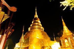 vacker arkitektur på wat phra sjunga waramahavihan tempel på natten i Chiang Mai-provinsen, Thailand foto