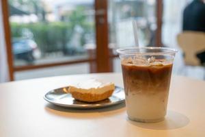 iced latte kaffekopp i café restaurang foto