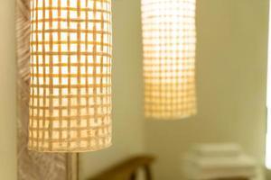 vacker lampa dekorera i hotellets sovrum foto