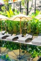 paraplyer och sängstolar runt poolen - semester- och resesemesterkoncept foto
