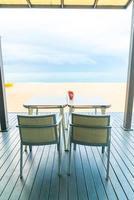 tomt matbord i restaurang med havsstrandbakgrund foto