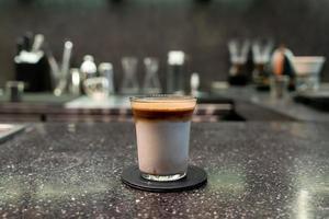 smutsig kaffekopp, espressokaffe med mjölk i cafébaren foto