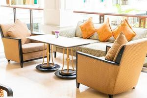 vackra kuddar dekoration på soffan i rummet interiör foto