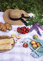 romantisk picknickplats på sommardag foto