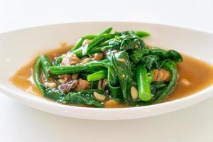 stekt saltad fisk med kinesisk grönkål - asiatisk matstil foto