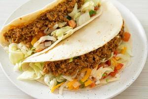 mexikanska tacos med malet kyckling foto