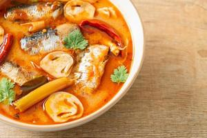 tom yum konserverad makrill i kryddig soppa foto