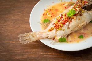 ångad havsfisk med lime och chili foto