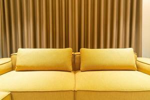 tom gyllene senaps soffa i vardagsrummet foto