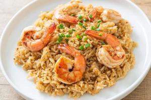 vitlök stekt ris med räkor eller räkor foto