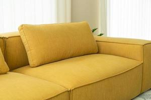 Tom gul tyg soffa dekoration inredning i vardagsrummet hemma foto