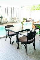tomt bord och stol runt poolen foto