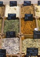indiska flerfärgade kryddor som säljs på marknaden foto