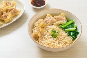 äggnudlar med fläsk wontonsoppa eller fläskdumplings soppa och grönsaker - asiatisk matstil foto