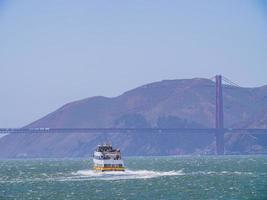 solig utsikt över ett kryssningsfartyg och Golden Gate Bridge foto