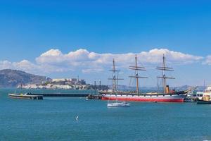 solig utsikt över Alcatraz Island och San Francisco Bay foto