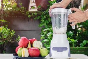 göra färskt äpple och guava juice foto