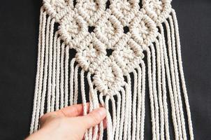 dekorativ handgjord snygg bomullsmakramdekoration, hobbyinredning foto