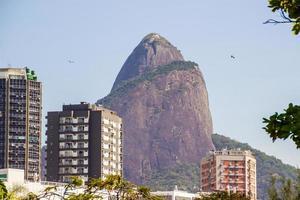 kullen av bröderna sett från lagunen Rodrigo de Freitas i Rio de Janeiro, Brasilien foto