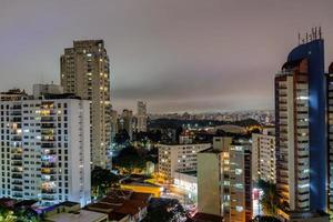 staden Sao Paulo i Brasilien på natten foto