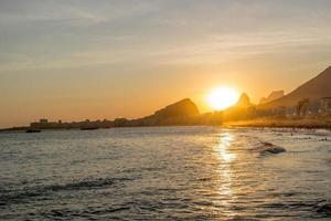 solnedgång vid Leme-stranden i Copacabana, Rio de Janeiro, Brasilien foto
