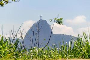 silhuetten av kullen Corcovado och Kristus återlösaren i Rio de Janeiro, Brasilien - 5 april 2020 foto