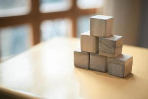 träblock som staplas som en pyramid. framgång, tillväxt, seger, seger, utveckling eller topprankningskoncept. foto