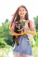 ung flicka och hundar utomhus foto