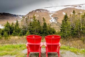 röda stolar med utsikt över bordet landar. Gros Morne National Park, Newfoundland, Kanada foto