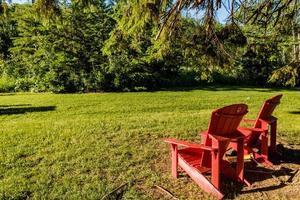 röda stolar på visiors-kontoret ger lite skugga. älgön nationalpark, alberta, kanada foto