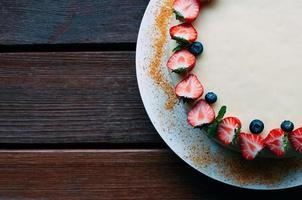 ovanifrån tårta med bär och vit glasyr foto
