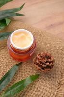 örtkräm kosmetisk i en behållare på bordet, foto