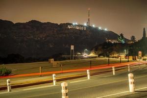 hollywoodskylt upplyst på natten foto