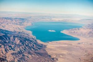 Flygfoto från planet av pyramidsjön över Nevada foto