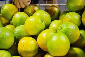 apelsiner i en stormarknadsvagn foto