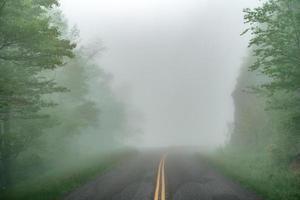 tidigt på morgonen kör genom Blue Ridge Parkway på våren foto