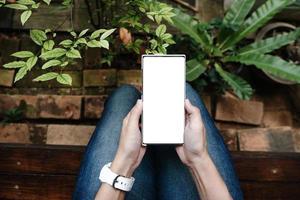 kvinna handen håller smartphone tom skärm mobiltelefon foto
