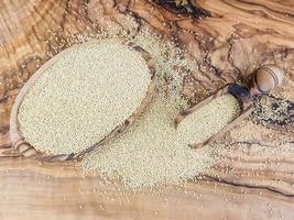 amarantfrö på olivträ foto