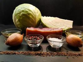 fläskknog med surkål och bröd foto