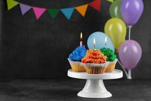 födelsedagsfestmuffins med ljus foto