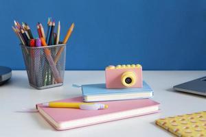 hög vinkel barn skrivbord inställning foto