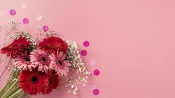 ovanifrån blommor bukett med gåva foto