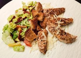 traditionell caesarsallad med grillad kyckling foto