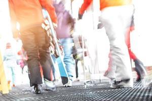 skidåkare lämnar linbanan i skidområdet foto