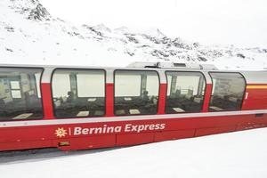 bernina express rött tågpass i snön foto
