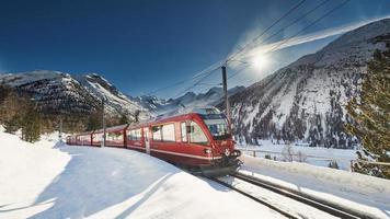 bernina express röda tåg foto