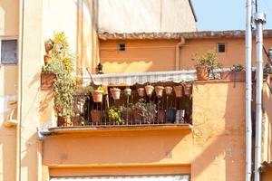 hus med terrass och blomkrukor foto