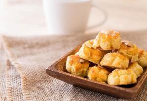 durian kakor på den vita plattan - efterrätt foto