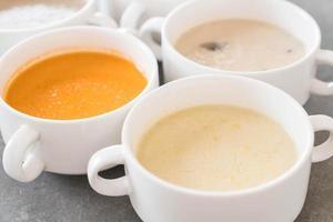 majssoppa i skål foto