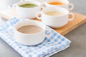 svamp soppa skål foto